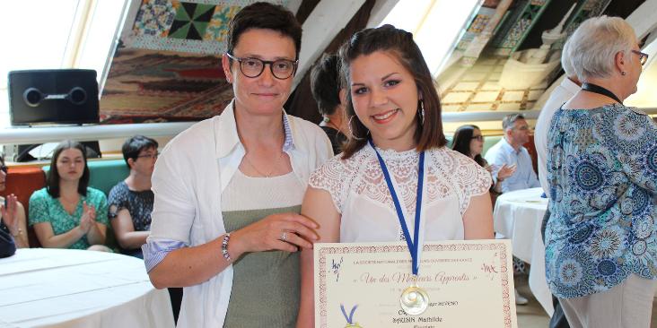 Karine Desroses, présidente de la CMA86, avec Mathilde Sausin à l'occasion de la remise des médailles du concours régional, juin 2019