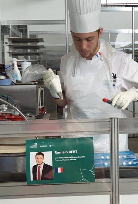 Romain Bert lors de sa première journée d'épreuves de pâtisserie