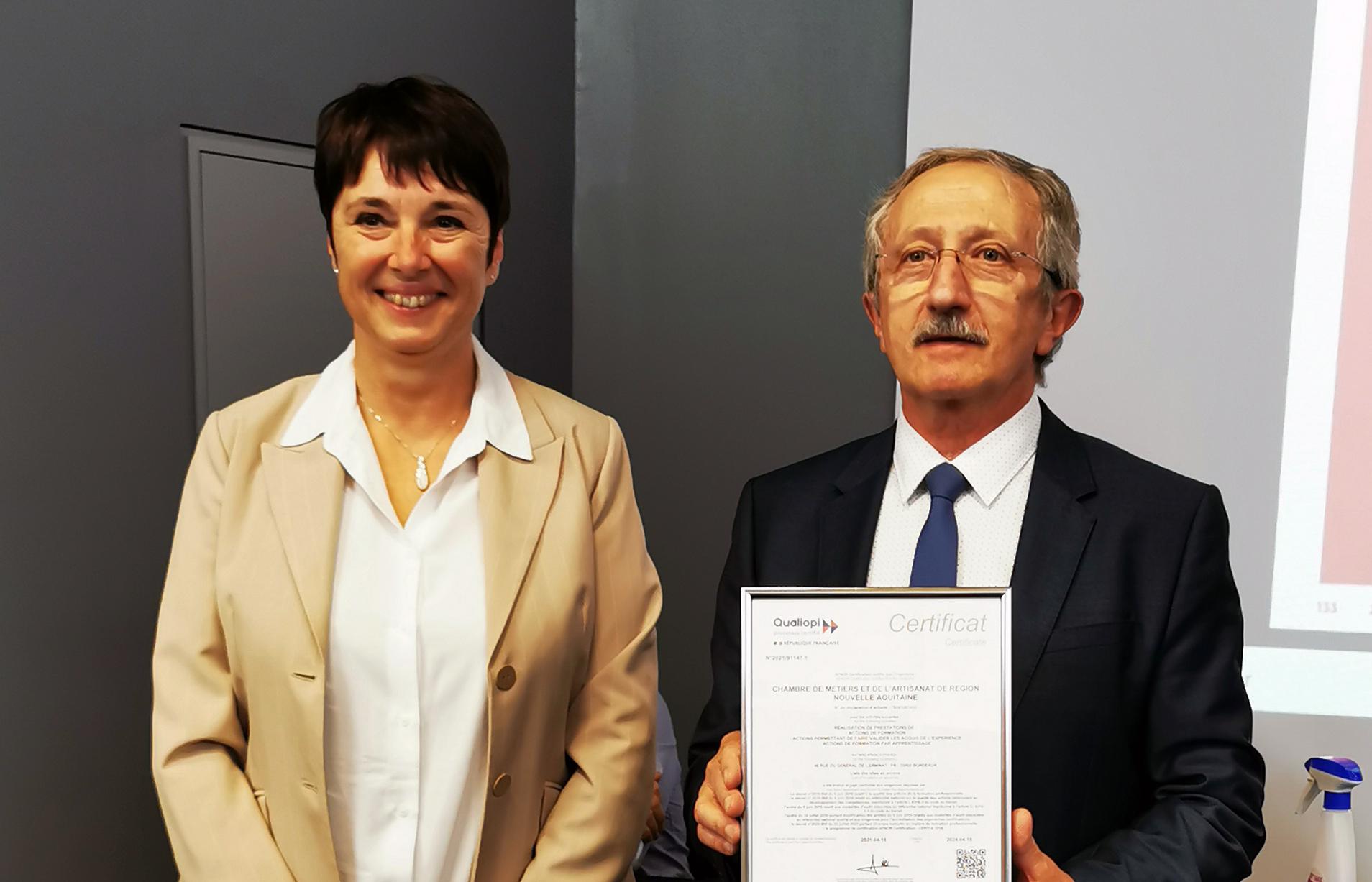 Le 25 juin 2021, Muriel Lacroix, déléguée régionale Groupe AFNOR a officiellement remis la CERTIFICATION QUALIOPI au président Jean-Pierre GROS à l'occasion de l'assemblée générale de la CMA Nouvelle-Aquitaine.