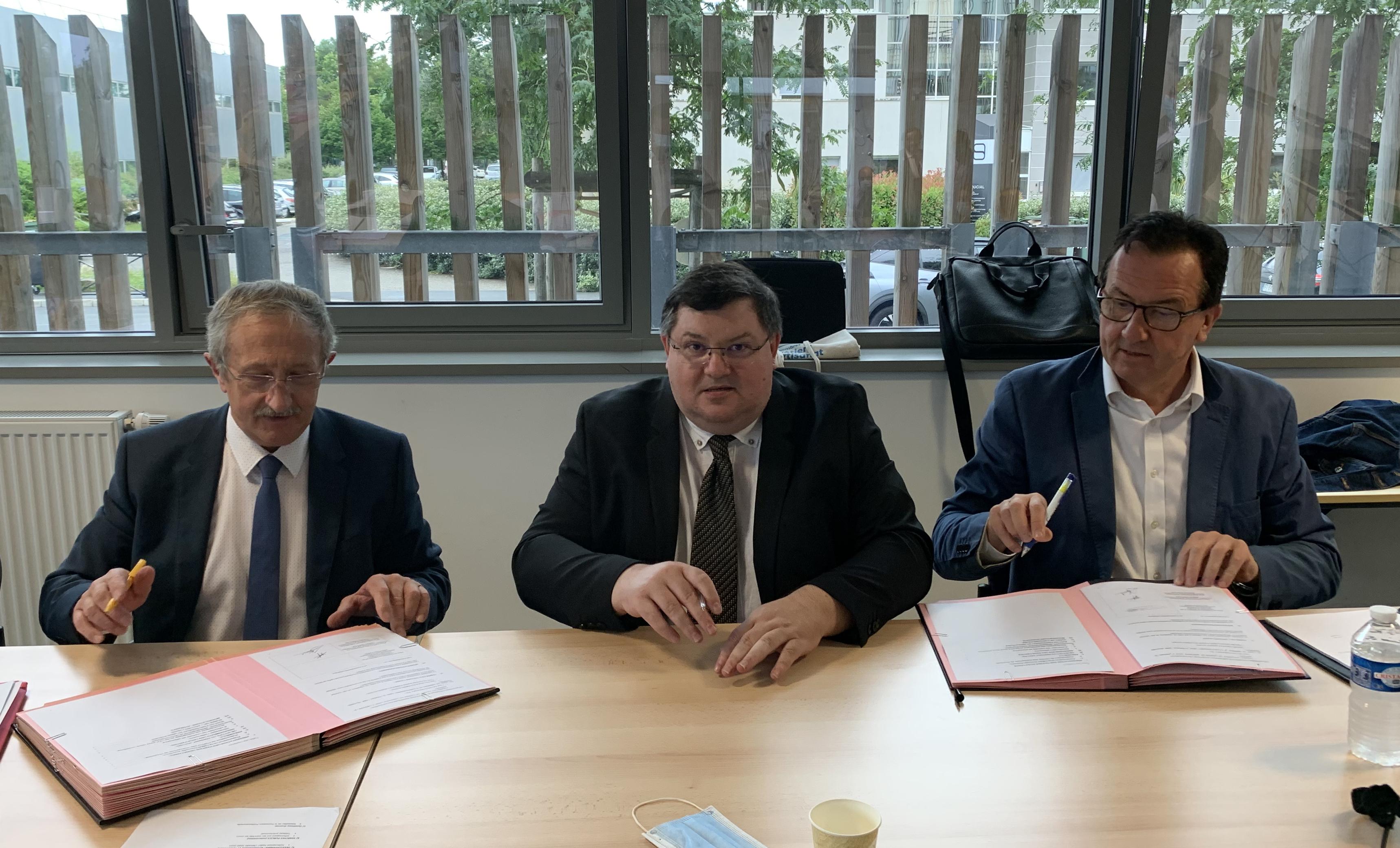 De gauche à droite : Jean Pierre GROS, Président de la CMA NA, Gaëtan GRIFFON, Président de la Commission Paritaire Régionale, et Jean-Michel GAUTHERON, son vice-président..